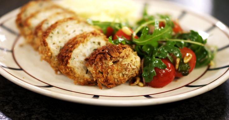 Eenvoudig en simpelweg lekker, zo mag je dit gerecht zeker omschrijven. Zonder grote culinaire kunsten zet je een maaltijd op de tafel die iedereen lust: een zacht vleesbroodje van kippengehakt, een eenvoudige salade boordevol vitamientjes en smeuïge zuiderse puree met wat olijfolie. Wat moet een mens nog meer?extra materiaal:een kaasraspeen aardappelstamper