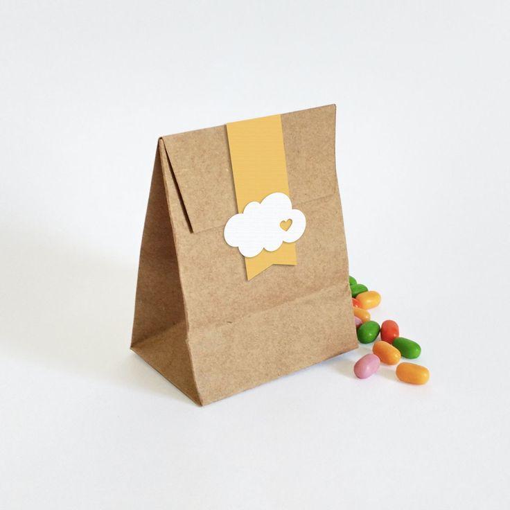 Miniatura de saco em kraft para doces e lembrancinhas pequenas. <br>Aplique em alto relevo e papel texturizado. <br>Conheças nossas itens da linha Dia Nuvem de Amor em nossa loja: http://www.elo7.com.br/nuvem