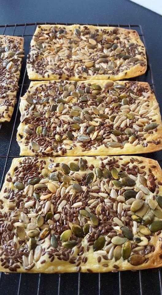 Vanochtend kaas crackers gemaakt met lijnzaad,zonnebloem pitjes en pompoen pitjes..jonge kaas pitjes erop,ff aandrukken met een lepel en 25 min baken op 180'c..lekker en makkelijk