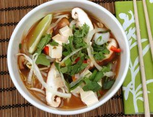 Vegetarisk pho-soppa med tofu. En klassisk asiatisk vietnamesisk risnudelsoppa med grönsaksbuljong smaksatt med bla färsk koriander, thaibasilika och böngroddar samt tofu som topping.