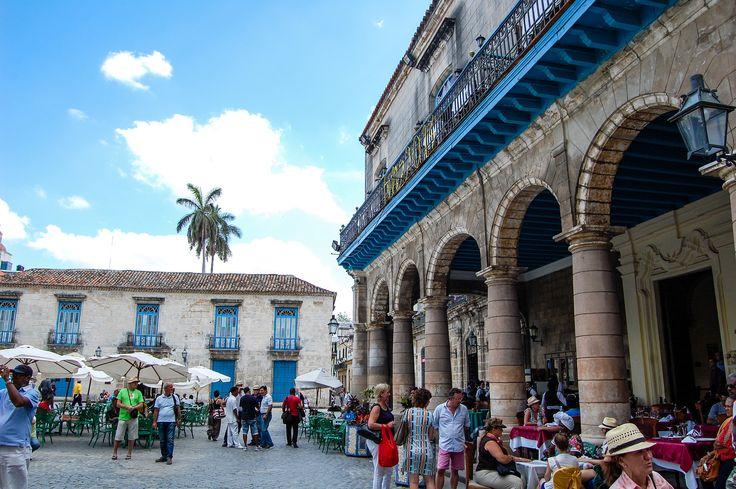 """https://flic.kr/p/FUWj22   -""""Culture""""   Esta é uma das praças de cultura. É aqui que se vêm discos dos anos 20,40,60 cubanos, livros das mesmas épocas, e uma aglomerar de turistas misturados com cubanos que metem conversa e mostram sorrisos. https://www.facebook.com/aboutlightt"""
