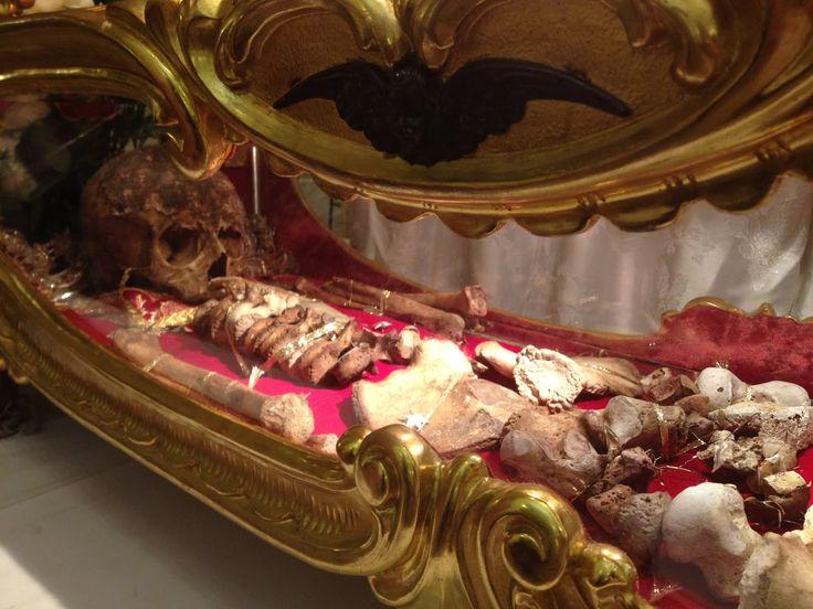 Vista del esqueleto de San Teodoro de Amasea, conservado en Brindisi (Italia).