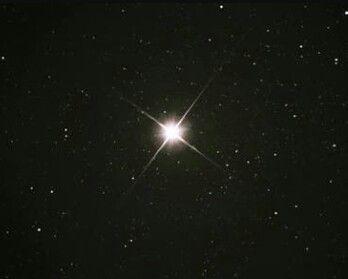 As 10 estrelas mais brilhantes do céu noturno. 3º Alfa Centauri – Situada na constelação de Centauro, apresenta uma magnitude aparente de -0,27 e está a 4,4 anos-luz do nosso planeta.
