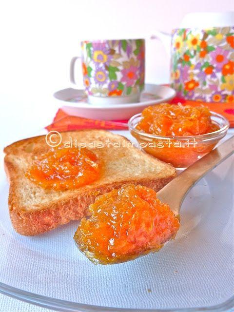 Marmellata di arance 500 g di polpa di arance biologiche pelate a vivo (5 arance) 200 g di zucchero di canna 1 bicchiere di acqua minerale naturale 1/2 mela sbucciata e grattugiata biologica un pizzico di cannella la buccia di 1 arancia (solo la parte arancione)