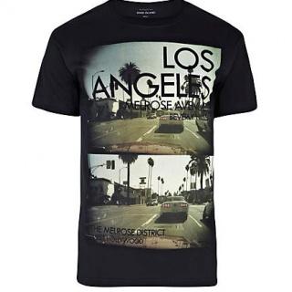 Un plus atat de necesar pentru garderoba ta casual, acest tricou River Island ce are imprimat pe piept imagini din Los Angeles va fi mereu alegerea perfecta in acest sezon. Tricoul este confectionat din bumbac 100%.
