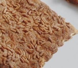 Coca de llardons. A les revetlles d'estiu també se'n menja juntament amb la de sant Joan. Tradicional també per Carnestoltes. Recepta: http://gastroteca.cat/ca/fitxa-receptes/coca_de_llardons_i_pinyons/ #recipe #pinenut