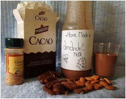 Chocolade-kaneel-amandelmelk. Natuurlijk gezoet met dadels en rijststroop.