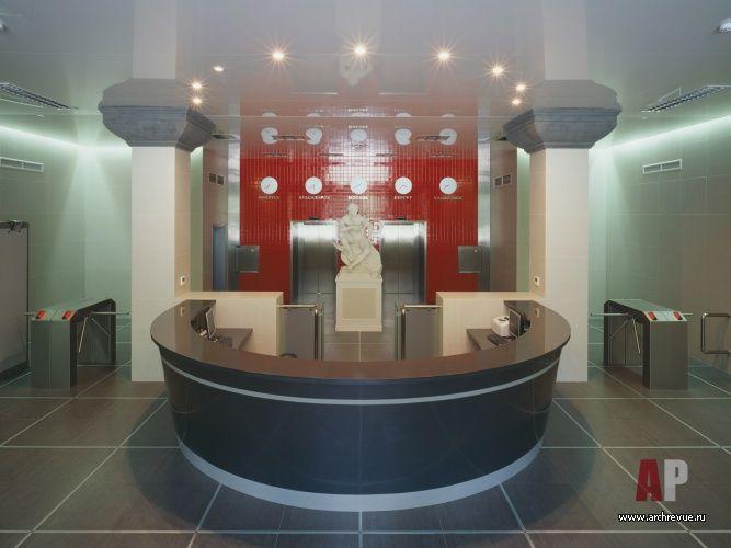 В минималистичном интерьере этой зоны центральное место занимает скульптура Гермеса современного автора, выполненная в классической традиции. За ней мозаичное панно красного цвета с часами, циферблаты которых показывают время в разных городах России. Изделия из дерева «Юнинформ-XXI»