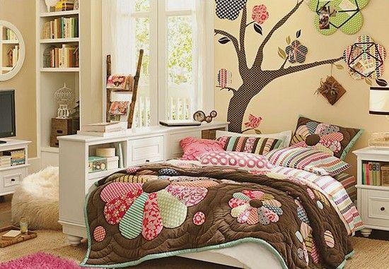 Decoração dos quartos das crianças beige  marron com découpage de tecidos iguais na parede de quarto infantil feminino
