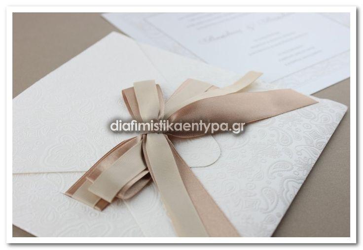 ΚΩΔΙΚΟΣ 7505      Προσκλητήριο γαμου με φάκελο μεταλλιζέ με ανάγλυφα λαχούρια & περλέ εσωτερικό χαρτί.