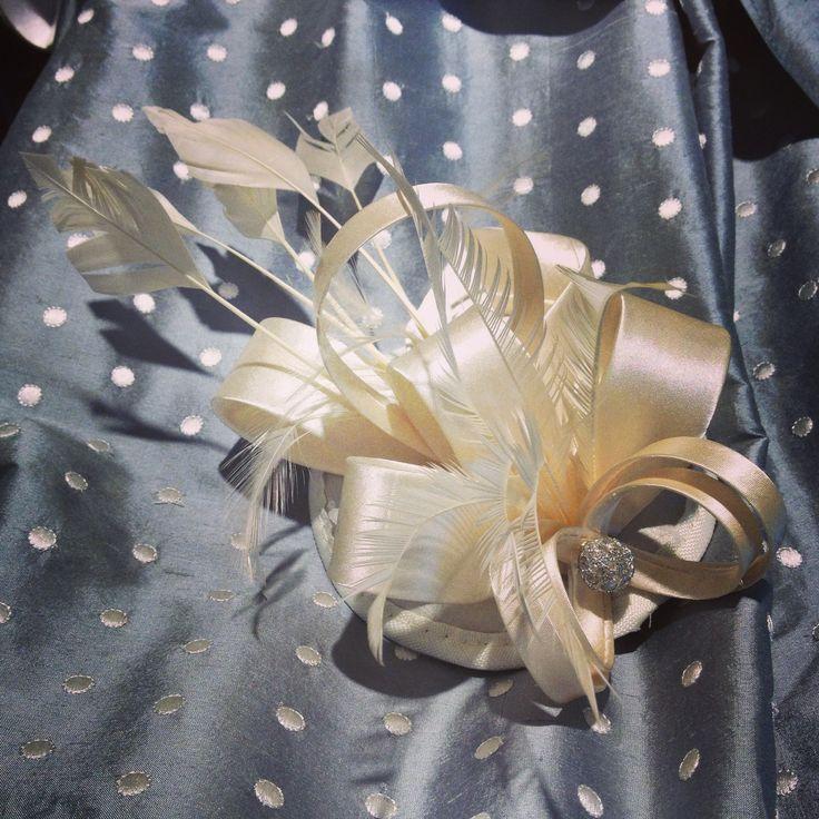 Upea vaalea satiininen hiuskoriste kruunaamaan hääasu - by Marja