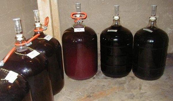 Прошлогоднее варенье – отличное «сырье» для производства самых разнообразных алкогольных напитков.