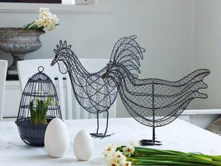 Gallinas y gallos como elementos de decoración para la pascua