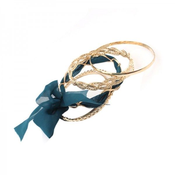 Bangle armband: set van 5 gouden armbanden met blauw lint | Armbanden | DamesTic Bangle armband: set van 5 gouden armbanden met een blauw lint.  Kleur: Blauw, Goud