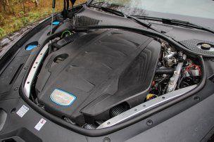 A 4,0 literes V8-as dízel hangja nem szörnyű, gépszerűen duruzsol. Ha nincs mellette benzines, nehéz megmondani, hogy ez gázolajat eszik. A hátsó szárny automatikusan vagy menüből is nyitható, minden Panamerának van ilyen