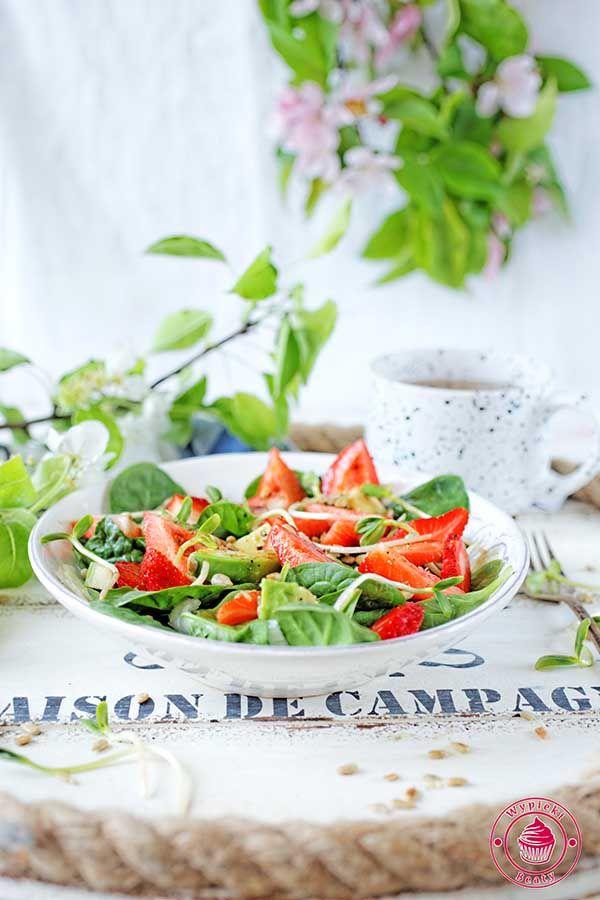 Spinach salad with strawberries -   sałatka ze szpinakiem, truskawkami i awokado
