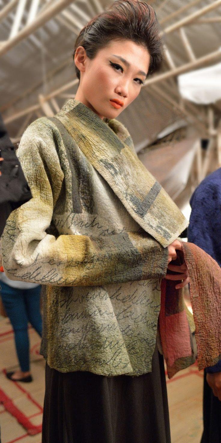détails d'un manteau en feutre hybride, présenté à Hanoi pour la Fashion Week 2013
