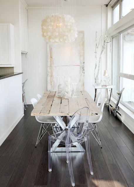 Kijk eens: oud en nieuw in één geheel. Oude witte tafel gecombineerd met enkele design stoelen. Leuke lamp. Je hebt niet veel nodig om een ruimte aantrekkelijk te maken.