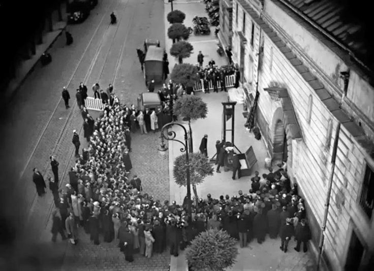 1939 - The last public execution by guillotine. Eugen Weidmann was the last criminal to have been publicly executed by guillotin