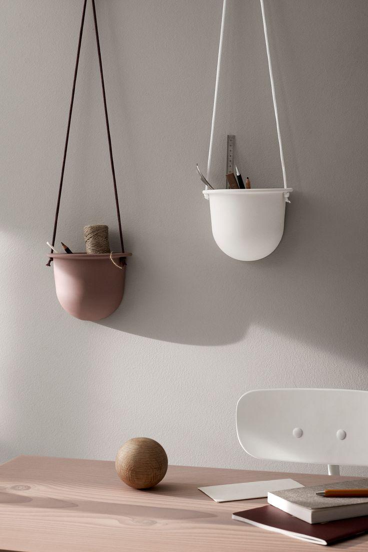 Smart hængende urtepotte/ opbevaringsbeholder fra Menu. Hanging Vessel hænger fladt op til væggen hvilket gør den ekstra smart og praktisk med den flade bagside. Hanging Vessel kan både bruges som hængende urtepotte/krukke til planter eller som beholder til diverse ting.