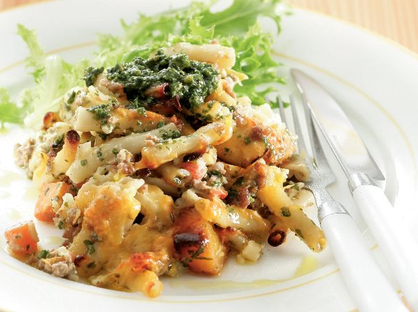 Pesto mince and macaroni bake • Pesto, cottage cheese and cream give this macaroni bake its special flavour.