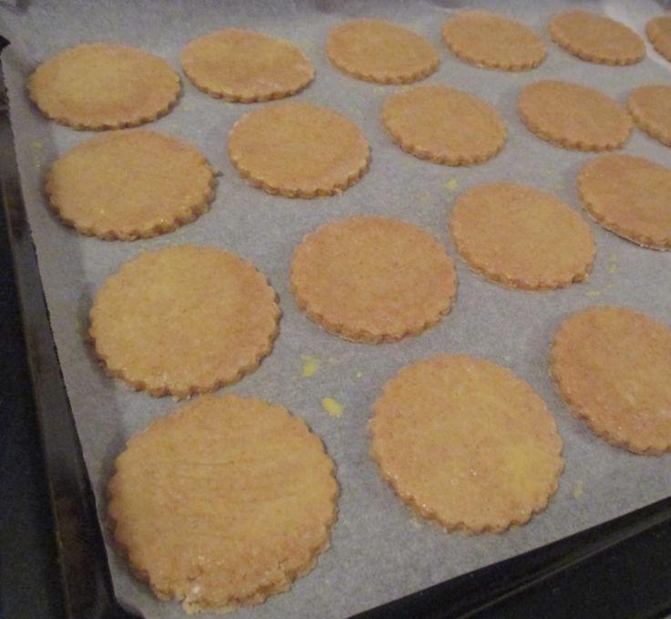 Se cercate una ricetta di biscotti non troppo calorici, leggeri ma gustosi, questi fanno per voi! Si tratta di biscotti integrali con farina di orzo, senza burro, rustici, light e tanto saporiti. Ho utilizzato della farina integrale di orzo, ma si possono utilizzare altri tipi di farine. Ecco come prepararli!