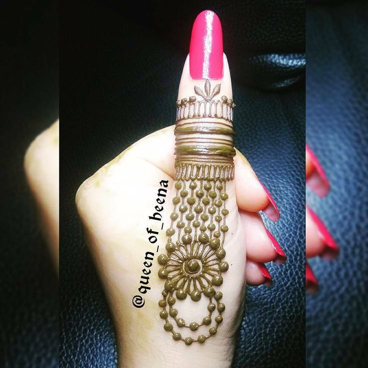 finger design  // by @queen_of_heena . . . . . #henna #mehndi #whitehenna #wakeupandmakeup #zentangle #boho #monakattan #flowers #hennadesign #tattoo #girlyhenna #art #inspo #hennainspo #hennaart #photooftheday #mendhi #hennaartist #hennatattoo #naturalhenna #bridalhenna #7enna #doodle #art #mandala #beauty #love #feather