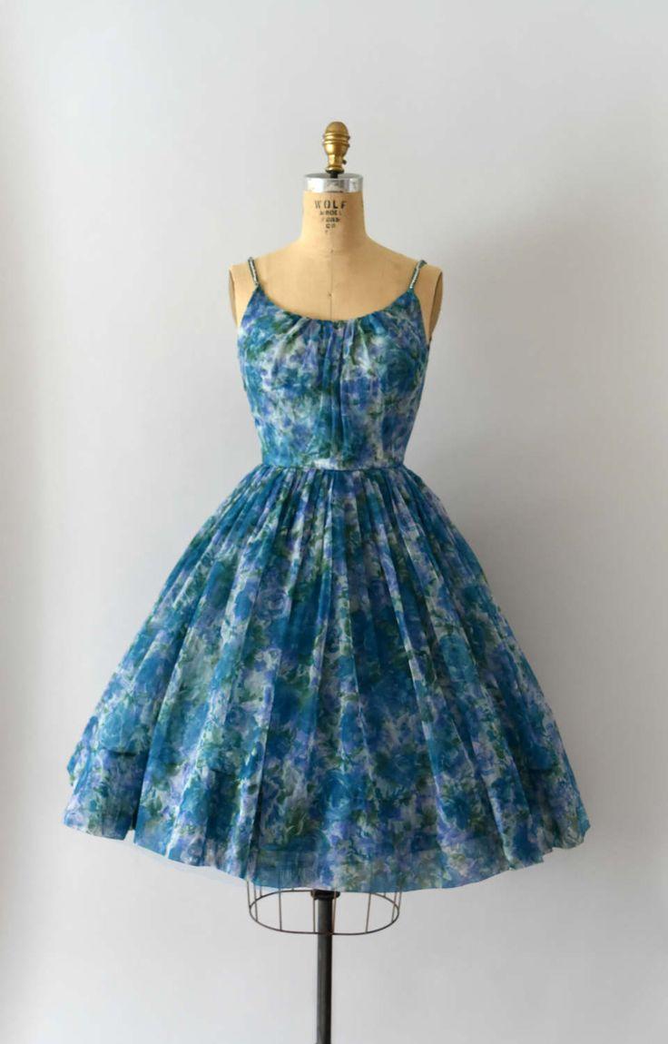 Prachtige vintage jaren 1950 jurk, blauw, paars & groene bloemen chiffon lichaam, bijpassende acetaat taffeta voering, voorzien bodice, brede scoop hals met strass schouderbanden, teal uitgerust taille, zeer volledige rok, verborgen terug metalen rits.  ---M E EEN S U R E M E N T S---  Pasvorm/maat: XS  Bust: 32-inch Taille: 24 Heupen: gratis Lengte: 40  Maker/merk: formaat tag, maar geen labels van de maker gevonden Conditie: Zeer goed, maar de schouderbanden zijn hand gestikt...