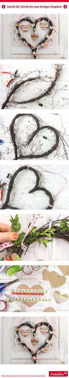 Schöner Türschmuck: Herzkranz // Dieser selbst gemachte Türkranz aus Naturmaterial ist ein Dauerbrenner, denn er kann je nach Saison und eigenem Geschmack immer wieder neu dekoriert werden. Wie man das Herz aus Birkenreisig ganz einfach selbst bindet und die passenden Herzanhänger macht, erklären wir hier. // // Eine Schritt-für-Schritt Anleitung finden Sie auf dm.de/profissimo-kreativ // #ProfissimoKreativ #basteln #Idee #Kreativ #DIY