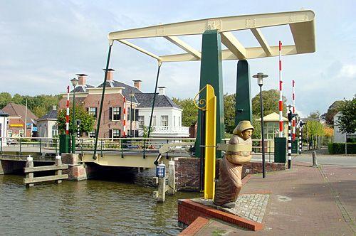 Onderdendam was in de tijd van de trekvaart een belangrijke haven- en overslagplaats. Op de voorgrond het beeld van de scheepsjaagster dat hieraan herinnert.