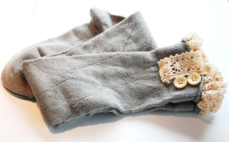 Lacie Legs - Stiefelsocken mit Spitze in grau www.petit-fours.com #socken #stulpen #stiefelsocken #spitze #vintage #boho #kuschelig #weich #boots #stiefel #bootsocks