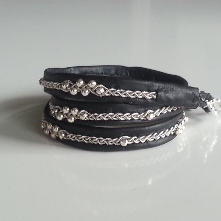 Här är ett tenntrådsarmband som jag har gjort med tenntråd (4% silver) äkta silverpärlor och svart renskinn. Låset är ett toggle lås i äkta silver