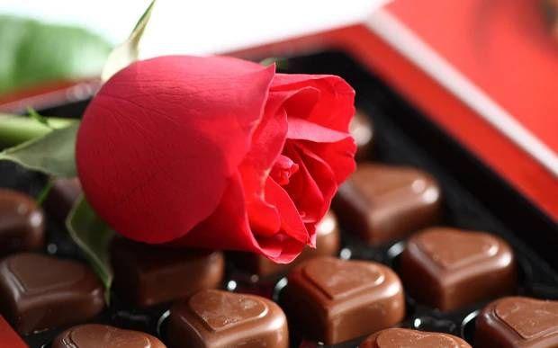 Nálada, pocity, romantika, láska, květina, růže, červená, čokoláda, bonbóny, sladkosti, dezert, srdce