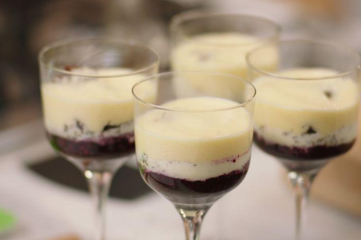 Een prachtige afsluiter van een lekkere maaltijd: roomijs, rood fruit, koekjes en sabayon. Gemakkelijker klaar te maken dan je denkt!