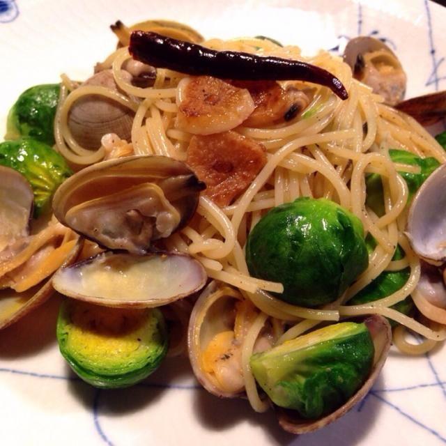 ちょっと早いランチですが空腹に耐えれず…レシピ作りますがまだお腹いっぱいで動けないので後ほど http://cookpad.com/kitchen/6433805 - 184件のもぐもぐ - あさりと芽キャベツのパスタ。春の食材の共演 by zosankitchen