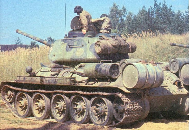 Soviet Tank T 34/85 -Unknown unit and date - rare three-tone camouflage - color photo, pin by Paolo Marzioli