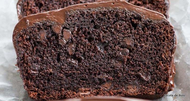 Este bolo tem uma massadensa e úmida, com gotas de chocolate, e foi coberto com uma deliciosa ganache!! Sugestão para presentear ou comercializar na Páscoa. INGREDIENTES  200gr de manteiga sem sal 150gr de chocolate meio amargo 300gr de açúcar 3 ovos em temperatura ambiente 2 colheres de chá de baunilha 140gr de farinha 2 colheres de chá de fermento em pó 1/2 colher de chá de sal 100 gr. de gotas de chocolate  MODO DE FAZER  pré aqueça o forno à 180graus unte uma forma de bolo inglês d...