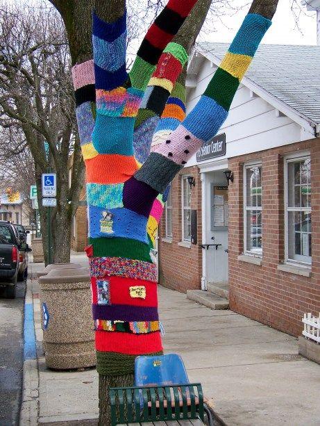 yarn bombing  -------------------------------------------  mettiamoci una pezza!   una città ai ferri corti  urban knitting a l'aquila, 6 aprile 2012  per partecipare: mettiamociunapezz...