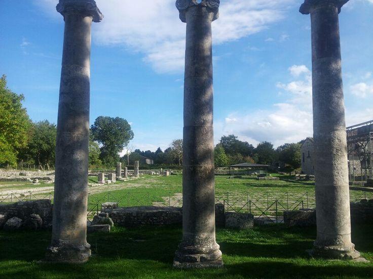 Saepinum. Il Foro incorniciato dalle colonne della Basilica. ©F Laurelli 2012.