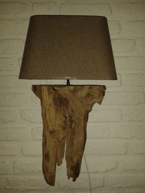 Zelfgemaakte wandlamp van hout.