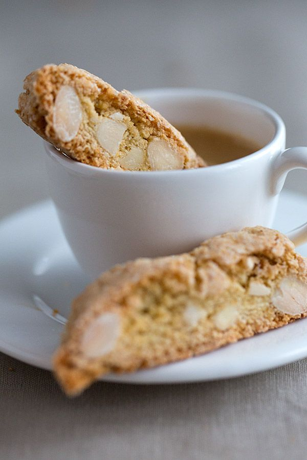 Orange Cantuccini - Italian Almond Biscotti | www.strudelandcream.com