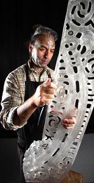 """George Nuku est un néo-zélandais. C'est un artiste plasticien qui vient de la culture Maori. Il dénonce la pollution à travers ses œuvres, réalisées à partir d'objets en plastique, par exemple avec des bouteilles plastiques. Au """"Bottel Oceéan 2016"""", l'artiste met en valeur ces objets en exposant un univers marin. Les objets plastiques  prennent la place de toutes les espèces marines. Marjory Morin"""