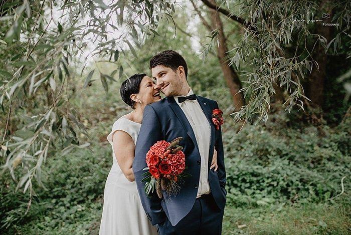 Mal ein etwas anderer Brautstrauß in einer asymmetrischen Form in Beerentönen!   #wedding #hochzeitsfloristik #brautstrauß #anstecker #brautpaar #brideandgroom #heiraten #hochzeitsinspiration #hochzeitsblumen #weddingflowers #fotoshooting #brautpaarshooting #hortensien #rosen #blumenliebe