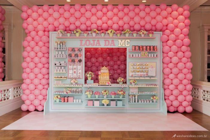 festa tema loja em azul e rosa com prateleira repleta de doces e bolo de caixa registradora. Mais em: http://www.weshareideas.com.br/festas/mostrar/alfabetica/festa-tema-loja-da-mc/