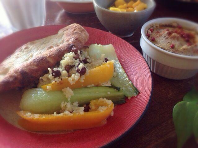 (今天的早餐 摩洛哥菜&印度菜)  初の黒ヒヨコ豆。ゆぅみんちゃんにちょっと硬いと聞いていたので重曹少々を加えて圧力鍋でしっかり茹でました。確かに皮がちょっと硬い  粒の黒ヒヨコ豆が見えているのはモロッコ風クスクスごはん。右手前は黒ヒヨコ豆フムス。フムスにすれば皮の固さは気になりません。iinaさんの『Vege & Spice』という本を見て作りました。  あとはインド風のナンとマンゴーピクルス、すももラッシーなどです。  ゆぅみんちゃん、豆友のユリさん、angieeさん、食べ友お願いします - 110件のもぐもぐ - 黒ヒヨコ豆いっぱい朝ごはん by machimachicco