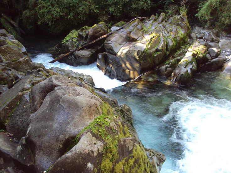 cascada natural en el sendero de las termas de puyehue