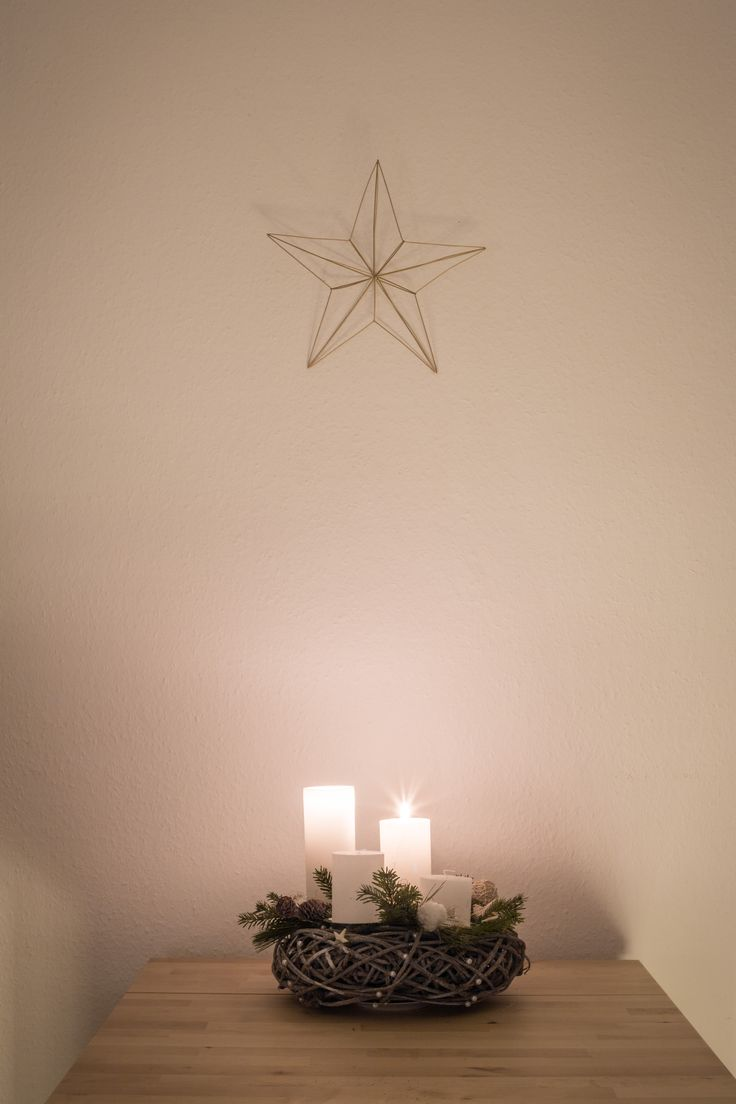 Adventskranz mit Stern. Weihnachten. Christmas decoration.