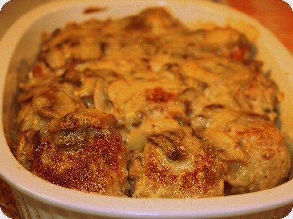 КУРИЦА В ГРИБНОМ СОУСЕ С СЫРОМ Ингредиенты:  - 600г куриной грудки - 300 г шампиньонов - 1 луковица - 2 зубчика чеснока - 1 морковь - 1 ст. овощного или куриного бульона - 50г сыра с пониженой жирностью (у меня полар 5%) - щепотка чили пеца - щепотка карри - соль по вкусу  Духовку предварительно разогреть до 180°С.   Куриную грудку вымыть, просушить, нарезать, посолить, поперчить. Потушить в 1 стакане воды 5-7 мин после того как закипит. Переложить в форму для запекания.   Грибы вымыть и…