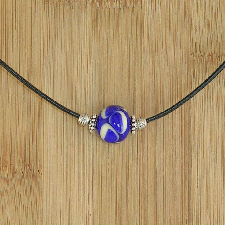 Lederen halsketting met lampwork glaskraal bestaande uit koningsblauw en wit