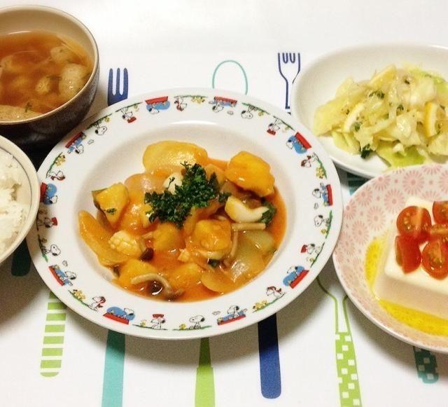 今日はイタリアンっぽい感じなんで、冷奴もイタリアンかな…。 とにかく今日は寒かった。 明日もまだ続きそうだから、あったかくしてね。 - 140件のもぐもぐ - お揚げとエノキのお味噌汁・じゃがいもとイカのトマトソース煮・キャベツのホットレモンサラダ・プチトマトとオリーブオイルの冷奴 by madammay